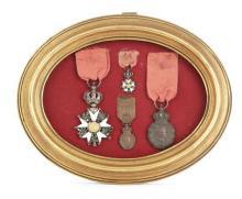 CADRE DORÉ DE FORME OVALE AVEC QUATRE MÉDAILLES renfermant une Légion d'honneur de chevalier, époque Présidence, une miniature de la...