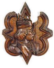 GRAND MÉDAILLON en quadrilobe pointé présentant un profil masculin coiffé d'une toque encadré d'une forte moulure. Il porte une insc...