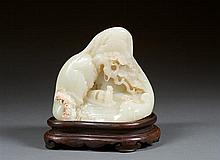 MONTAGNE en jade néphrite céladon pâle légèrement veiné de beige, plantée de pins de longévité, construite de divers pavillons et animé