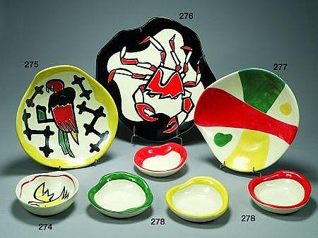 Roland BRICE Plat en faïence de forme libre à décor central stylisé d''un crabe, émaux noirs et rouges sur fond blanc. Signature...