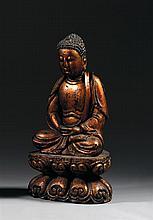 STATUE DE BOUDDHA ÇAKYAMUNI en bois laqué, représenté assis en vajrasana sur un socle lotiforme, les mains jointes et les yeux clos ...