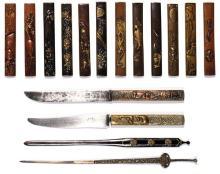 COLLECTION DE SEIZE OBJETS JAPONAIS en fer, shibuichi et sentoku, certains décorés en takazogan, à décor divers d'animaux et de scèn...