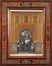 MAQUETTE DE FAÇADE DE L'ALHAMBRA en stuc polychromé, à arcature surmontée de trois fenêtres. Inscrite