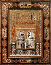MAQUETTE DE FACADE DE L'ALHAMBRA en stuc polychromé, à deux arcatures surmontées de deux fenêtres. Inscrite,