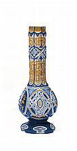 VASE DE NARGHILÉ en verre taillé bleu nuit et blanc à décor de rinceaux dorés. Belle qualité. Bohême, fin XIXe-début XXesiècle. A LA...