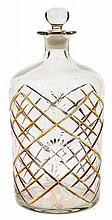 GRANDE BOUTEILLE COUVERTE DE BEYKOZ en verre transparent taillé à décor de croisillons dorés dans lesquels sont inscrites des fleurs...