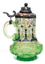 LARGE CHOPE EN VERRE DE BOHÊME en verre taillé vert, à panse basse et long col de forme octogonale, à décor polychrome et doré de fl...