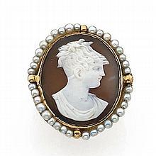 ANNÉES 1790 RARE BAGUE CAMÉE Elle porte un grand camée ovale sur agate à deux couches représentant une jeune femme à la coiffure ébo...