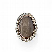 ANNÉES 1780-1810 BAGUE CHEVEUX Elle est ornée d'un médaillon ovale portant des cheveux dans un entourage de demi-perles