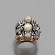 ANNÉES 1900 BAGUE PERLES FINES ornée de trois perles fines blanches et mordorées (non testées). Le corps ajouré de trèfles rehaussés...