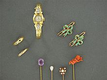 LOT EN OR Composé d'une montre bracelet de dame de marque Oméga, d'une paire de broches nœud de ruban ornées de turquoises, de 4 épi...