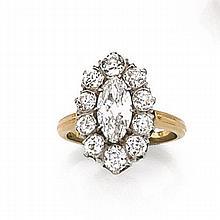BAGUE DIAMANT NAVETTE Elle est ornée d'un diamant navette dans un entourage de diamants taille brillant. Monture en or 18K de deux t...