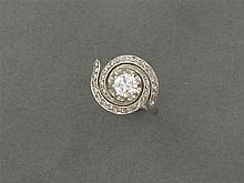 ANNÉES 1910 BAGUE TOURBILLON ornée d'un diamant taille brillant dans un entourage de diamants taillés en rose. Monture en platine. T...
