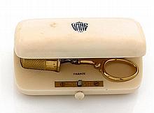 TIFFANY ANNÉES 1925 ÉTUI A COUTURE en ivoire contenant un dé et une paire de petits ciseaux montés en or jaune 18K étui signé TIFFAN...