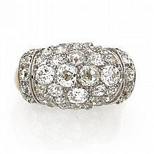 ANNÉES 1935 BAGUE CHEVALIÈRE BOMBÉE Elle porte un bourrelet pavé de diamants taille brillant (TA) bordé par deux lignes de plus peti...