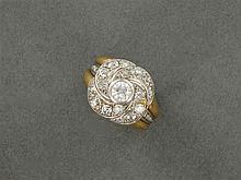 ANNÉES 1935 BAGUE CHEVALIÈRE TOURBILLON Elle porte au centre un diamant taille brillant en sertissure sur un décor pavé de diamants ...