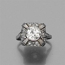 ƒƒ ANNÉES 1935 BAGUE DÔME ornée d'un diamant taille brillant en sertissure sur un pavage de petits diamants. Monture en platine. Poi...