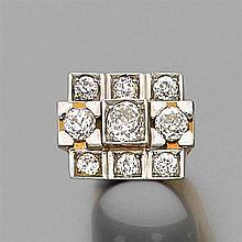 ANNÉES 1935 BAGUE CHEVALIÈRE DE DAME à plateau rectangulaire rehaussé de neuf diamants taille brillant (TA) en châtons carrés dont u...