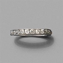 ANNÉES 1930 DEMI-ALLIANCE sertie de diamants taille brillant (TA). Monture en platine Travail français Poids brut : 5,5 gr TDD : 56 ...