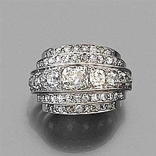 ANNÉES 1930 MAGNIFIQUE BAGUE À GRADINS Elle est rehaussée de lignes de diamants taille brillant (TA)