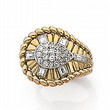 ANNÉES 1960 BAGUE SERPENT Elle représente un serpent stylisé rehaussé de diamants taille brillant et baguette. Monture en or jaune 1...