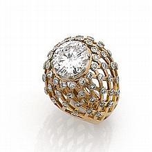 IMPORTANTE BAGUE DÔME DIAMANT Elle porte un diamant taille brillant sur un dôme en résille ponctué de petits diamants