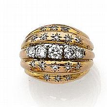 ANNÉES 1940 BAGUE DÔME à gradins en or rose 18K rehaussée de diamants taille brillant, certains en serti étoilé. Travail français Po...
