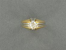 ANNÉES 1930 BAGUE CHEVALIÈRE DIAMANT Elle est ornée d'un diamant coussin en châton à griffes. Monture en or jaune 18K et platine Tra...