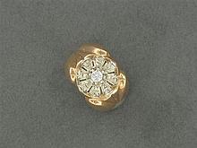 ANNÉES 1940 BAGUE DÔME ornée d'un petit diamant. Monture en ors de couleur 18K Poids brut : 4,6 gr TDD : 52 A diamond and gold ring,...