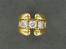 ANNÉES 1960 BAGUE RIVIÈRE ornée d'une ligne de cinq diamants taille brillant (DT et TM) en châtons à griffes
