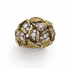 Attribué à FRED BAGUE BOULE Elle est formée d'un décor de vannerie rehaussé de diamants taille brillant. Monture en or jaune 18K tex...
