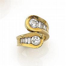 ANNÉES 1950 BAGUE CROISÉE DIAMANTS Elle est ornée de deux diamants taille brillant soulignés de diamants baguettes disposés en chute
