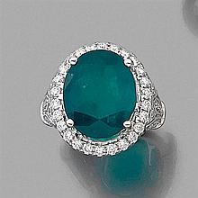 GRANDE BAGUE ÉMERAUDE Elle est ornée d'une émeraude ovale dans un entourage de diamants taille brillant. Monture en or gris 18K reha...