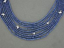 COLLIER SAPHIRS Il est composé de neuf rangs de boules de saphirs facettées rehaussées d'hirondelles pavées de diamants taille brill...