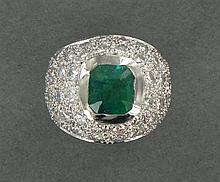 BAGUE BOULE ÉMERAUDE Elle est ornée d'une émeraude rectangulaire à pans coupés sur un pavage de diamants taille brillant. Monture en...