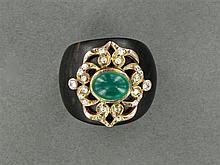 BAGUE EN BOIS PRÉCIEUX ornée d'un motif en applique serti d'une émeraude cabochon et de diamants