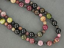 SAUTOIR de boules de tourmaline de diverses couleurs Longueur : 126 cm A tourmaline long necklace.
