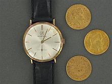 LOT EN OR composé d'une MONTRE BRACELET d'homme de forme ronde (marque MOERIS) et de trois MONNAIES de 20 francs or à l'effigie de N...