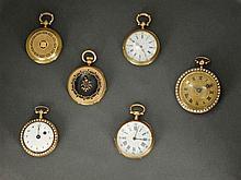 ENSEMBLE DE 6 MONTRES DE COL ANNÉES 1800 En or dont 3 avec décor émaillé au revers Deux, dont il manque le verre Quatre avec échappe...