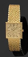PIAGET Montre bracelet en or jaune avec boîtier carré. Cadran doré avec index bâtons appliqués. Mouvement mécanique, cal. 9P et déco...