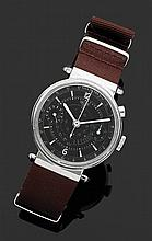HEUER CHRONOGRAPHE MONOPOUSSOIR ANNéES 30 Montre bracelet avec boîtier rond et larges attaches en acier. Cadran noir avec index blan...