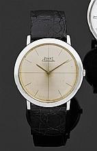 PIAGET ALTIPLANO VERS 1960 Montre bracelet plate avec boîtier rond en or gris. Cadran argenté patiné avec index bâton peints. Mouvem...