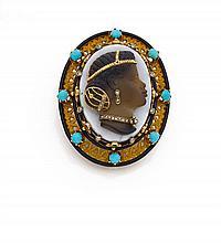 Années 1860 Camée motif négresse habillée Il porte un important camée sur sardonyx à trois couches représentant un profil de négress...