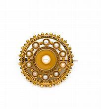 travail anglais Années 1860 Broche ronde perles fines en or jaune 9K, ornée au centre d'une perle fine plus importante dans un entou...