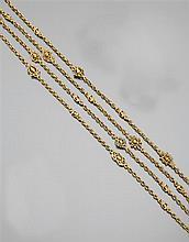 Wiese années 1880 Rare sautoir en or jaune 18K constitué de maillons à décor de mascarons dans des encadrements de style gothique. C...