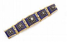 Années 1860 Bracelet diamants et émail Il est composé de cinq larges plaques articulées disposées en légère chute. Au centre de chac...