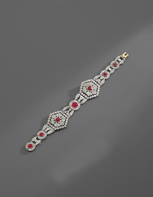 CARTIER Années 1900 Rare bracelet rubis et diamants Il se compose de deux grands maillons hexagonaux à décor de fleurons, encadrant ...