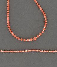 LOT comprenant :  un COLLIER en chute de boules de corail alternées au centre de petites perles probalement fines. Le fermoir rapporté, en métal.