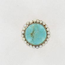 BAGUE  en or rose 18K, ornée d'un cabochon de turquoise dans un entourage de petites perles.