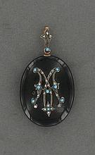 PENDENTIF MEDAILLON OVAL  en jais orné d'un monogramme en argent serti de turquoise et de perles. Bélière et système en vermeil.